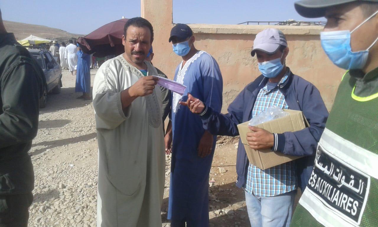سلطات شيشاوة تباشر حملات تحسيسية مع توزيع الكمامات على المواطنين في السوق الأسبوعي